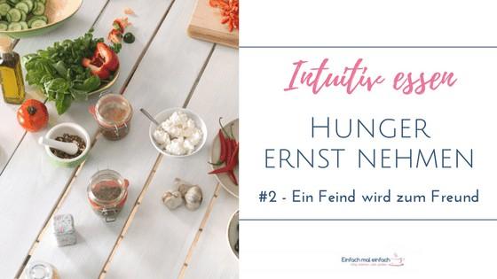 Lebensmittel dekorativ auf einem weißen Holztisch. Text: