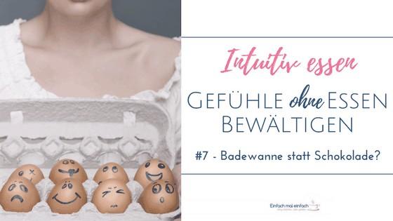 Eier mit unterschiedlichen Gesichtsausdrücken aufgezeichnet im Eierkarton von Frau mit weißem Shirt gehalten. Text: