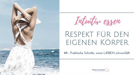 Frau in hellem Sommerkleid und Hut genießt den Strand. Text: